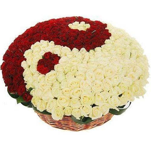 "Фото товара 101 роза ""Инь-Янь"" в корзине"