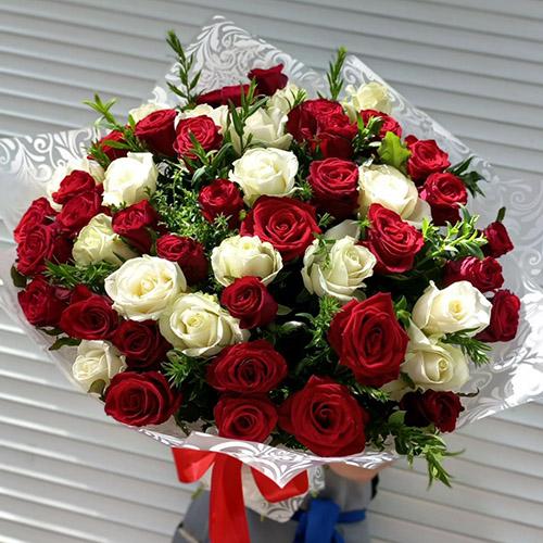 Фото товара 51 роза красная и белая