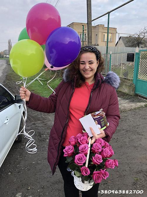 торт, корзина роз и шарики фото доставки