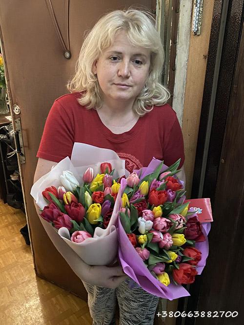 два букета тюльпанов микс - фото вручения